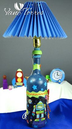 Pintado Botellas – Oferta | ArteClases.com Bottle Art, Recycled Crafts, Wine Bottles, Ideas Para, Decoupage, Recycling, Table Lamp, Hand Painted, Plants
