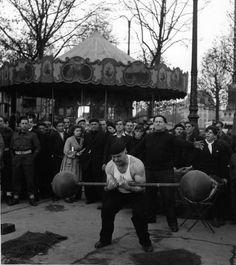 Les banquistes place de la Bastille 1945. Robert Doisneau.