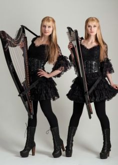 Gêmeas idênticas fazem sucesso na internet tocando hits do metal na harpa - Últimas Notícias - UOL Música