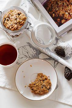 Przepis na ciastka owsiane z orzechami, migdałami i rodzynkami   Kameralna Cereal, Menu, Breakfast, Food, Menu Board Design, Morning Coffee, Eten, Meals, Menu Cards