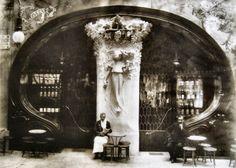 """Bar Torino   Obra de Gaudí.Su apertura fue en el año 1902 y cerró el año 1911. Estaba ubicado en el Passeig de Gràcia.Fue una obra hermosa del modernismo. Intervinieron en el proyecto Pere Falqués, Josep Puig i Cadafalch, Ricard de Campmany, Antoni Gaudí, Michael Thonet etc. Cuado cerró la fachada fue desmontada y traspasada al restaurante Grill Room de la calle Escudillers.Algo bastante """"corriente"""" en aquella época, como pasó con la casa Trinxet hasta que se fue perdiendo definitivamente."""