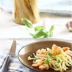 Spaghetti w/ prawns in garlic sauce. A simple and savory dish to start your lunch or dinner