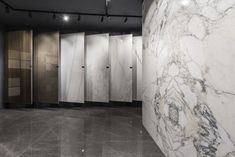 The new Ariostea Napoli showroom is located in Agnano, very close to Naples, in an extremely productive and lively area. Showroom Interior Design, Tile Showroom, Granite Slab, Granite Kitchen, Cambria Stone, Small Office Design, Creative Workshop, Naples, Orange County