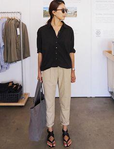 Mêlant chino roulotté sur la cheville et sandales minimalistes, ce look a tout de la parfaite tenue de fin d'été !