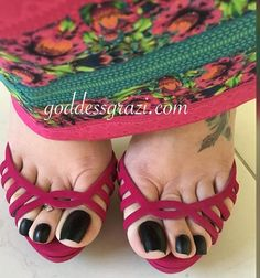 The collaborative celebrity feet website Pretty Toe Nails, Cute Toe Nails, Pretty Toes, Beautiful High Heels, Beautiful Toes, Long Toenails, Nice Toes, Feet Show, Divas