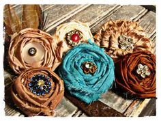 Let Your Spirit Soar: Fabric Rosette Brooches Cloth Flowers, Felt Flowers, Diy Flowers, Fabric Flowers, Paper Flowers, Fabric Rosette, Fabric Flower Brooch, Rosettes, Fabric Necklace