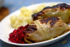 Kaalikääryleet (cabbage rolls) Steamed cabbage leaves stuffed with beef, onions and spices. Typically served with lingonberry jam. Finnish Recipes, Ukrainian Recipes, Finnish Cuisine, Finland Food, Nordic Diet, Scandinavian Food, Cabbage Rolls, Wrap Recipes, Dinner Recipes