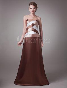 Vestido para la madre de novia de satén elástico de color marrón sin tirantes.