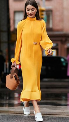 New York Fashion Week Street Style February 2018 Dress For Summer, Super Moda, Yellow Clothes, Do It Yourself Fashion, New York Street Style, Yellow Fashion, Fashion Pictures, Style Pictures, Yellow Dress