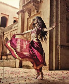 """My Saree Wardrobe : Photo """"captures it all. it's not me but this is how i feel when i'm in my sarees"""" Dance Photography, Creative Photography, Bollywood, Indian Aesthetic, Indian Classical Dance, Indian Photoshoot, Foto Instagram, Belly Dancers, Dance Art"""
