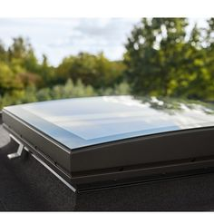 Ein Flachdachfenster mit Konvex-Glas lässt Licht in den Dachraum und Regenwasser optimal ablaufen. Das macht das Dachfenster auch für das Flachdach mit null Grad ideal.