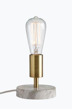 Lampefot av metall. Bunnplaten er av metall med trykt marmormønster. Ø bunnplate 12 cm. Høyde 12,5 cm. Ledning med…