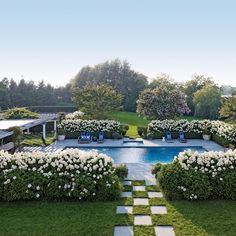 Happy Friday! This Hamptons home was decorated by Juan Montoya and photographed by @bjornwallander