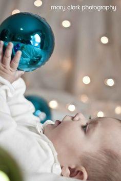 Inspiração para foto de Natal - bebê com bolinhas da árvore Mais