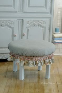 Finished Ottoman    http://www.allthingsheartandhome.com/2012/08/19/an-ottoman-from-an-old-table/