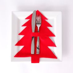centre de table noel A festive cutlery sleeve is a simple way to dress up your holiday table this year. It wont be hard to get volunteers to help set the table with this project! Thanksgiving Table Settings, Christmas Table Settings, Holiday Tables, Christmas Tables, Christmas Mood, Christmas Crafts, Christmas Decorations, Christmas Ornaments, Xmas