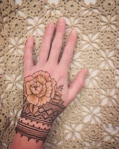 Best Floral Mehndi Designs - Flowers, roses in particular, leaves, shrubbery and various other floral motifs are surely classical when it comes to henna art. Henna Flower Designs, Henna Tattoo Designs Simple, Indian Mehndi Designs, Mehndi Designs 2018, Modern Mehndi Designs, Mehndi Designs For Girls, Beautiful Mehndi Design, Mehndi Designs For Hands, Mehandi Designs
