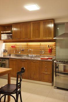 Cozinha pequena decorada com armários planejados