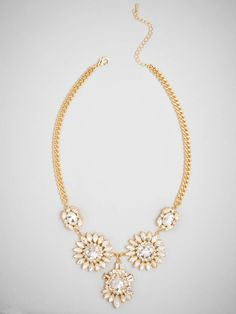 This eye-catching necklace comes in an utterly charming daisy motif, crafted from an array of bright crystals.