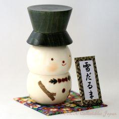Lovely Creative Kokeshi Doll YUKI-DARUMA (SNOWMAN), SMALL by Usaburo 卯三郎作 創作こけし「雪だるま」です。ハンドクラフトの銘板と台座付けてみました。
