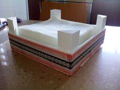 Servilletero con caja de fresas pintada de blanco y decorada con washitape.
