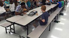 Moren til en 7. klassing med autisme ble rørt til tårer da en kjent fotballspiller valgte å spise lunsj sammen med ham.  Altfor ofte sitter han helt alene i skolens kantina.