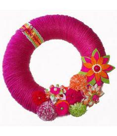 Deze piepschuim krans is omwikkeld met roze acryl wol en versierd met stoffen bloemen en lint in de kleuren lime, roze, oranje en wit.De omvang van de krans is 25 cm.Leuk om aan de deur van een kinderkamer te hangen of aan een muur!