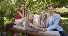 Letizia e Felipe são pais de duas meninas: Sofia, à esquerda, de 8 anos, e Leonor, à direita, de 7. Em ensaio com a família, a nova rainha escolheu looks despojados Foto: CRISTINA GARCIA RODERO / AFP