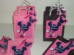 Sacolinha Personalizada Minie Rosa, sacolinha Preta para meninos e Rosa para meninas. Pode ser personalizada em outros temas a sua escolha, tamanho médio 12 cm de largura x 16,5 de altura e 4 cm de profundidade.
