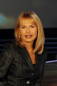Lilli Gruber è nata a Bolzano il 19/04/1957 ed è iscritta all'Albo dei giornalisti professionisti dal 14/12/1982. Il suo vero nome è Dietlinde Gruber.
