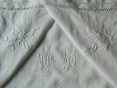 """TAIE D'OREILLER ANCIENNE MONOGRAMME BRODERIE JOURS LINGE ANCIEN DE SUPERBES BRODERIE FINES AU THEME ORIGINAL  Cette taie d'oreiller ancienne est en toile blanche d'une grande finesse.  Elle est décorée d'un très beau monogramme """"MB"""" de 13 x 10 cm.  Les deux coins supérieurs de la taie sont brodés d'un motif sur le thème du houx et du gui.  Elle est bordée de deux niveaux de jours successifs."""