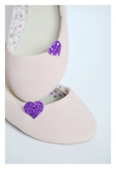 Tiny Electric Purple Glitter Heart Shoe Clips von PollyMcGeary