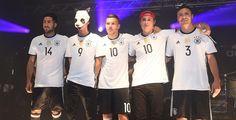 Das trägt die DFB-Elf zur EM - Schlicht und edel: Im traditionsreichen Outfit mit weißem Trikot, schwarzer Hose und schwarzen Stutzen von Adidas nimmt das DFB-Team Kurs auf den EM-Titel.
