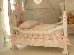 dolcissima culla in stile shabby chic in rosa è completa come si vede nella foto di biancheria misura : H 11 cm w 7 cm d 12 cm