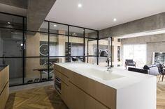 Interiér bytu v Tokyu zdobí prosklené stěny a otočné dveře | Insidecor - Design jako životní styl