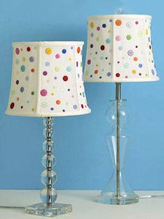 DIY Button Lampshade Too cute. you could even do theme shades since they have soooo many different type of buttons to choose from these days! Button Art, Button Crafts, Button Lampshade, Lamp Makeover, Image 3d, Diy Buttons, Vintage Buttons, Lamp Shades, Decoration