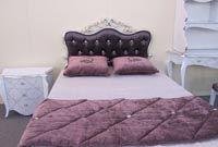 Покрывало и подушки на кровать. Интерьер спальни.