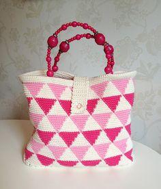 Sommarväska -Vill du vara hetast på stranden i sommar? Då ska du virka dig denna skönhet! Oavsett vad du tar med dig – badkläder, sommarläsning, eller varför inte ditt handarbete – … Tapestry Crochet, Knit Crochet, Crochet Bags, Crotchet, Hobbies And Crafts, Diy And Crafts, All Craft, Knitted Bags, Crochet Accessories