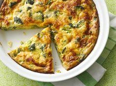 Preparação da tortilha de legumes no forno: Começa por triturar a cenoura 4 segundos na velocidade 5. Retira e reserva. Adiciona ao copo o alho, o pimento