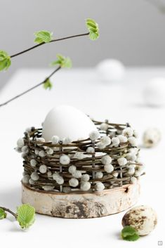 Easter baskets - basket weave from natural material - DIY instructions - tree slices and nails - birch branches - bilder dekoration Christmas Baskets, Easter Baskets, Birch Branches, Tree Slices, Diy Ostern, Easter Celebration, Easter Crafts, Easter Decor, Basket Weaving