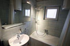 Łazienka z prysznicem i wanną Apartament Brązowy http://www.rainbowapartments.pl/apartament-brazowy/