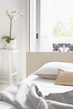 Heerlijk rustgevend wakker worden op een Auping Royal bed met bijzonder veel aandacht voor details. Royal Bed, White Bedroom, Design, Home Decor, Furniture, Decoration Home, Room Decor