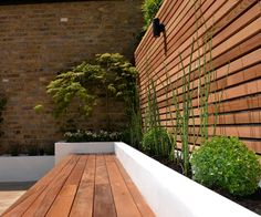 cedar screen raised planter bed limestone paving hardwood bench To be able to have a wonderful Modern Garden Decoration, it's … Garden Spaces, Raised Planter Beds, Hardwood Benches, Garden Seating, Contemporary Garden, Small Backyard, Planter Beds, Patio Design, Backyard Landscaping Designs
