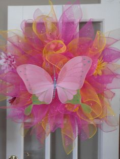 Butterfly spring wreath Girls Rules, Mesh Wreaths, Dollar Stores, Tatting, Butterflies, Balloons, Vintage Items, Door Decorating, Jewelry Making