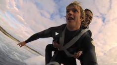 Pascale Honore, paraplégique depuis 18 ans, peut enfin regouter aux joies du surf et de la plongée avec l'aide d'un ami de son fils (vidéo) ------------------------------------------------ Pascale Homore paraplegic for 18 years can surf and dive in the ocean again, thanks to one of her son's friends. (video)