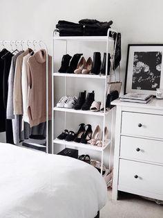uma arara de roupas, uma estante e uma cômoda. minimalista e funcional