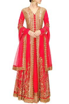 This Sabyasachi lehenga is featuring in a pink net flared jacket heavily embroidered with sequins, gota, dabka and zari in floral design. This Pink Sabyasachi lehenga has potli buttons on yoke and sli Indian Dresses, Indian Outfits, Party Kleidung, Lehenga Choli Online, Desi Clothes, Sabyasachi, Bridal Lehenga, Indian Bridal, Bride Indian