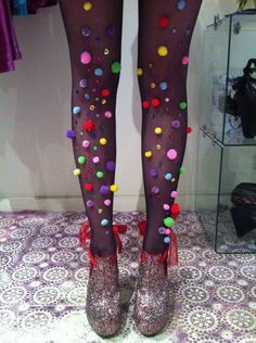 pom pom tights for Halloween Dyi Couture, Diy Fashion, Ideias Fashion, Fashion Goth, Dress Fashion, Fashion Outfits, Karneval Diy, She's A Rainbow, Rainbow Photo