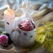 Kaunis punainen kynttilä käsinmaalatussa tassumukissa sopii koiranomistajan kotiin. http://www.salonsydan.fi/tuote/tassumuki-kynttilalla/