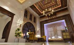تناغم رائع بين عناصر إسلامية شرقية مختلفة مثل زينة السقف و ديكورات الجدران وانعكاس الإضاءة